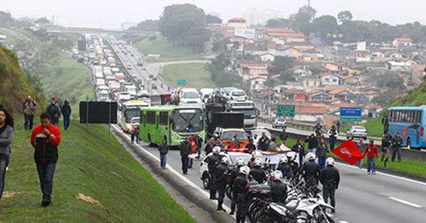 Apesar de baixa adesão, grevistas fecham rodovias, param ônibus ...
