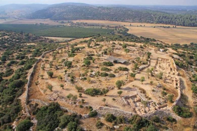 Dois edifícios do reino de Judá, datados do século 10 a.C., foram descobertos por pesquisadores da Universidade Hebraica de Jerusalém e da Autoridade de Antiguidades de Israel, em Khirbet Qeiyafa.    Os arqueólogos acreditam que as ruínas pertencem à cidade bíblica de Shaarayim, na qual o rei Davi teria lutado e vencido o gigante Golias.Saiba mais nas imagens a seguir