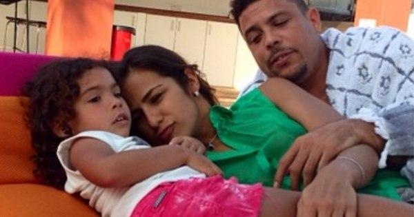 Paula Morais faz carinho em filha de Ronaldo durante férias em Ibiza
