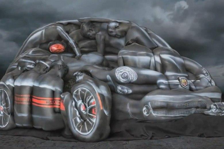Uma campanha pra lá de inusitada transformou diversas modelos em um Fiat 500 Abarth. Feita para divulgar a versão esportiva do compacto, a peça publicitária surpreendeu pela forma como conseguiu formar um Cinquencento usando apenas as formas do corpo humano. Saiba como esse truque foi possível nas próximas fotosQuer saber tudo sobre carros? Acessewww.r7.com/carros
