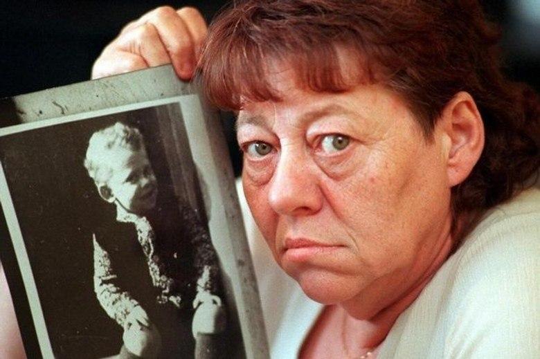 Entre um caso e outro, a garota ainda tentou assassinar uma amiguinha, salva pelo pai no momento em que era sufocada por Mary Bell. A condenação por homicídio involuntário veio em dezembro de 1968, quando a menina foi diagnosticada com sintomas de psicopatia. Internada em um centro psiquiátrico e sob custódia, ela foi libertada aos 23 anos de idade e ganhou anonimato para poder viver com o marido e a filha, que nasceu algum tempo depois.    Sua história deu origem ao livro Gritos no Vazio, no qual ela relata a infância conturbada ao lado da mãe prostituta, que tentou matá-la ao menos uma vez, entre outros abusos.    Acima, June Richardson, mãe do menino Martin Brown, segura uma foto do filho