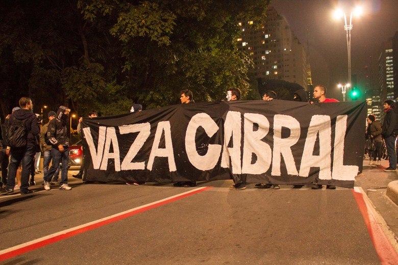 Cerca de 300 pessoas protestavam na noite desta sexta-feira (26), em São Paulo, contra o governador do Rio de Janeiro, Sérgio Cabral (PMDB). Os manifestantes estavam em apoio aos que sofreram repressão da Polícia Militar durante os protestos no Rio. O ato começou pacífico, por volta das 17h, na avenida Paulista, mas no percurso do grupo houve registro de depredações