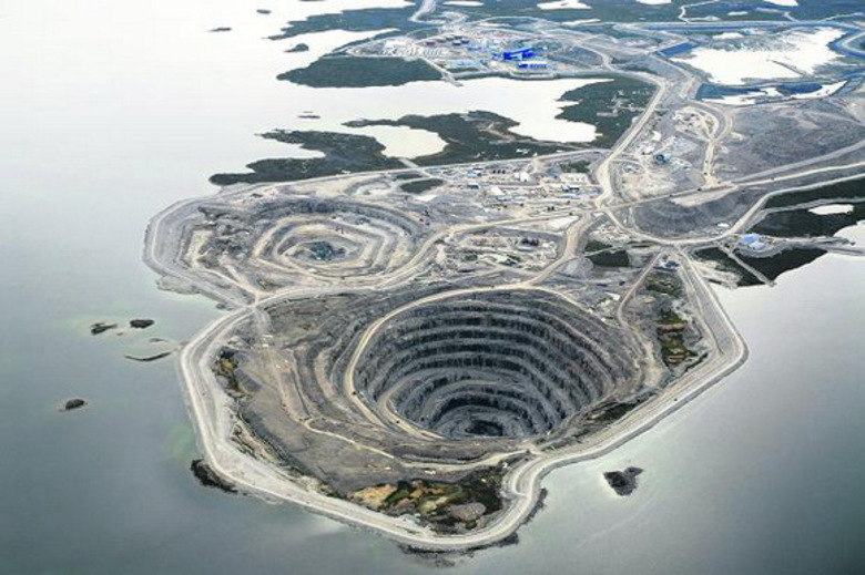 A área foi descoberta em 1992 e a construção da mina começou em 2001. A mina é conectada por uma estrada de gelo ao aeroporto de Diavik