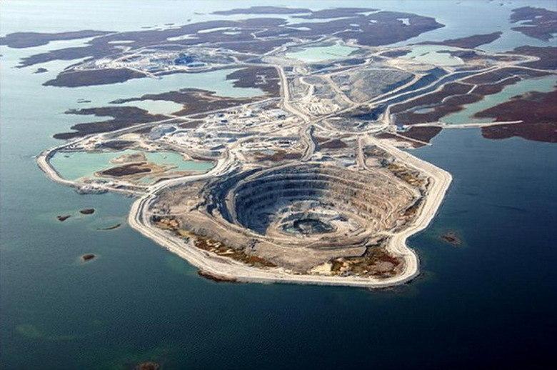 A Diavik Diamond Mine é uma mina de diamantes no norte do Canadá. Esse buracão é responsável por movimentar a economia local