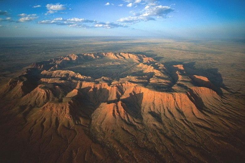 Gosses Bluff é o que sobrou de um impacto de meteoro na Austrália. O buraco, que fica no centro do continente, foi descoberto em 1872. A estimativa é de que a cratera original tivesse 22 km de diâmetro