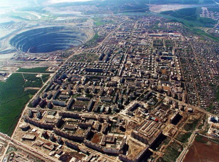 Mir Mine, também chamada de Mirny Mine é uma cratera aberta em função de uma mina de diamantes, que agora é inativa. A Mir Mine fica na região leste da Sibéria, na Rússia A mina tem 525 metros de profundidade e é o segundo maior buraco escavado da superfície do planeta