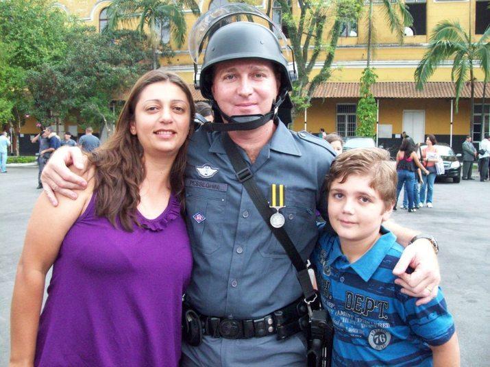 Uma chacina matou cinco pessoas da mesma família — entre elas um casal de policiais militares — dentro de casa na Brasilândia, zona norte de São Paulo.A polícia investiga se filho de 13 anos do casal, que também foi encontrado morto, teria participado dos crimes. Mãe e tia de uma das vítimas também foram encontradas assassinadas