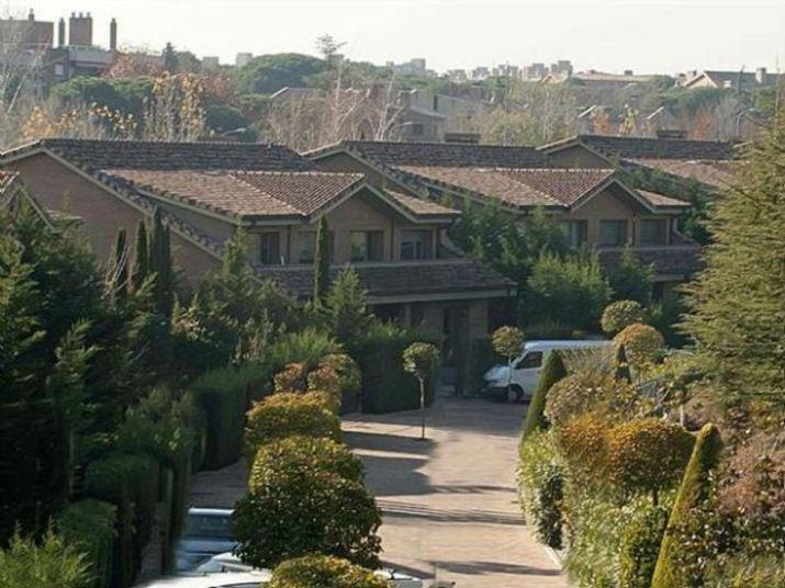 A mansão acima fica em Madrid e abriga o casal Ilker Casillas, goleirão  do Real Madrid (ESP), e a repórter esportiva Sara Carbonero