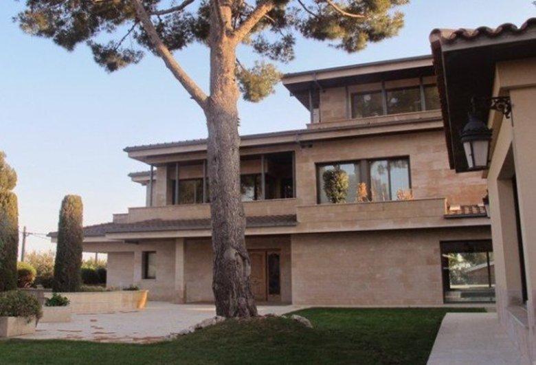 Grande rival de Cristiano Ronaldo no futebol, o argentino Messi, melhor  jogador do mundo, mora em um afastado bairro de Barcelona em sua linda  casa