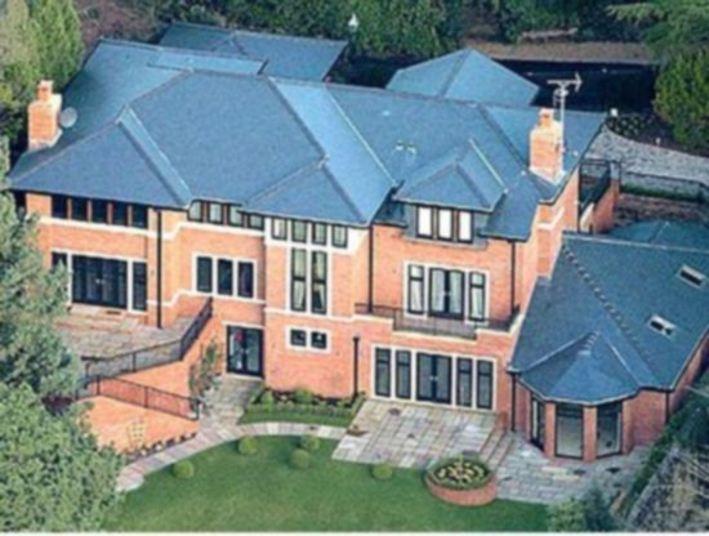 Nos tempos em que morava na Inglaterra, Cristiano Ronaldo morava na  mansão abaixo, em Manchester. Depois que foi para Madri, a colocou à  venda e choveu atletas do rival City querendo comprá-la