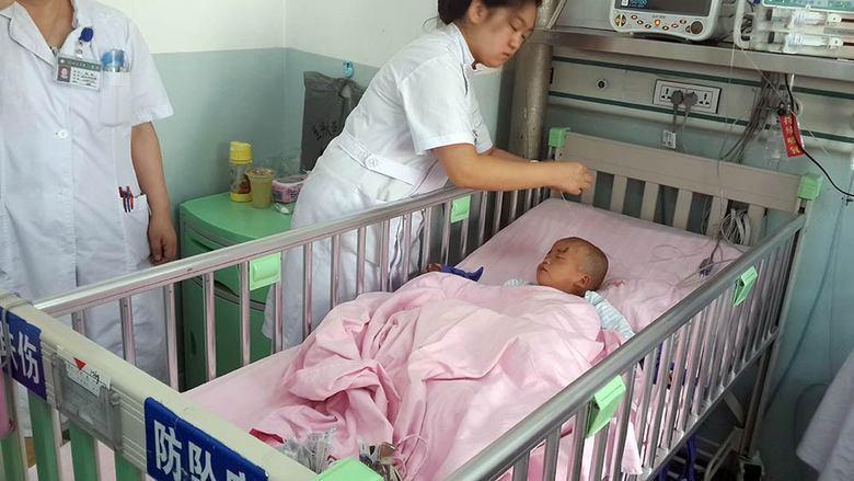 Os médicos que fizeram a cirurgia, do Hospital Universitário de Lanzhou, garantem que os olhos do menino não sofreram qualquer dano e ficaram intactos