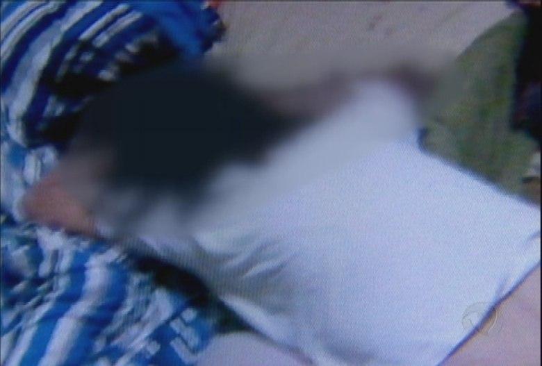 A mãe, Andreia Bovo Pesseghini, cabo da Polícia Militar, foi a única vítima — fora o menino apontado como suspeito — que não aparentava estar dormindo. Ela estava de joelhos, em posição de submissão, com os braços cruzados na frente da cabeça e parte do corpo no colchão. A mulher morreu com um tiro na cabeça