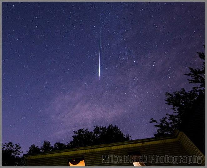 Os astrônomo Mike Black também conseguiu capturar imagens dos meteoros em Belmar, Nova Jersey, Estados Unidos. Uma chuva de meteoros acontece quando um grupo de meteoros pode ser observado irradiando de um único ponto no céu (radiante). Os meteoros surgem da entrada de detritos espaciais na atmosfera da Terra em velocidade alta