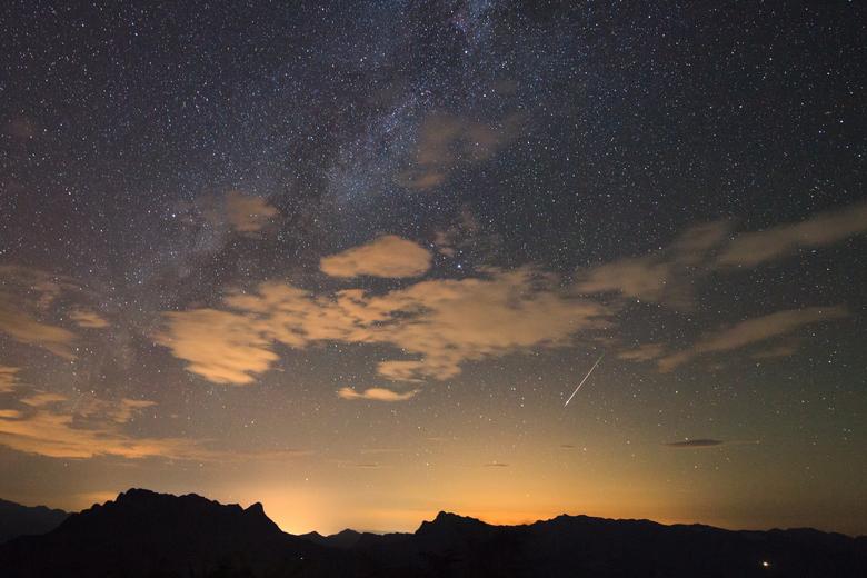 Se você é fã das estrelas, não deixe de contemplar o céu na madrugada desta segunda-feira (12), pois nesse período acontece o ápice da chuva de meteoros Perseidas. Essa foi uma das imagens captadas do fenômeno pelo fotógrafo Jeff Dai. O  artista conseguiu capturar sua vista da chuva de meteoros e das bolas  de fogo sobre as luzes da cidade de Nanchuan, na China. Confira outras  imagens e saiba mais sobre o acontecimento astronômico