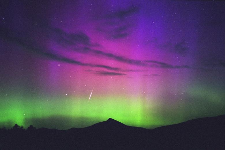 Nesta imagem é possível observar a chuva de meteoros de Perseidas ao mesmo tempo que acontece a aurora boreal