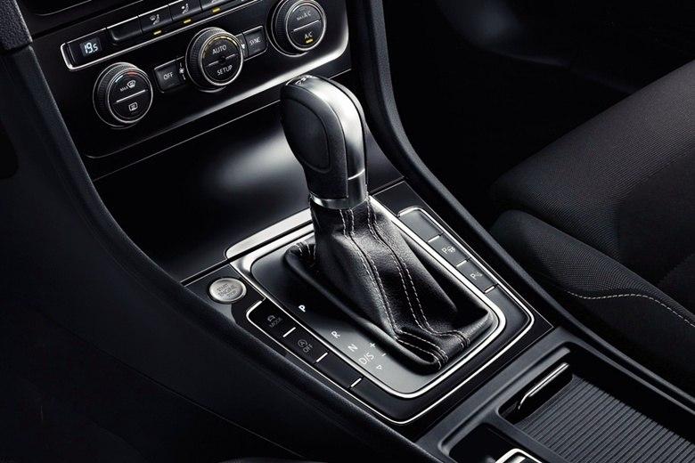 Assim como na versão Highline, o novo Golf Comfortline vem de série com câmbio manual de seis marchas e oferece opcionalmente a transmissão automatizada DSG de dupla embreagem e sete velocidadesSaiba tudo sobre carros! AcesseR7.com/carros