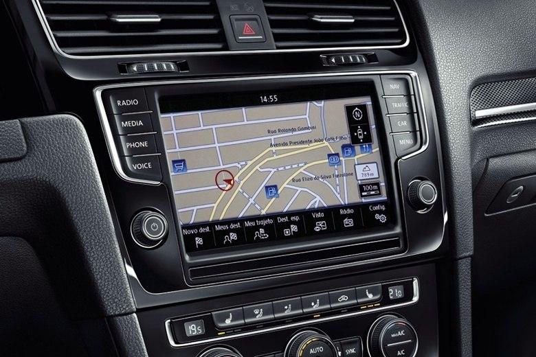 Já o pacote Exclusive incrementa a lista de equipamentos com a central multimídia 'Discover Media', com a tela tátil de 5,8 polegadas, navegador GPS, comando de voz, sensor de aproximação das mãos, Bluetooth, entrada SD Card e interface para Apple iPod e iPhone — a Volks também oferece atualização dos mapas gratuitamente por três anosSaiba tudo sobre carros! AcesseR7.com/carros