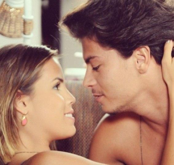 Pérola também já namorou Arthur Aguiar, seu par romântico na novela Dona Xepa, no ar pela Record. Os dois são tão amigos e profissionais que toparam formar um casal na ficção. Eles são Edson e Yasmin na trama. Veja aqui!