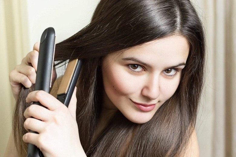 O uso frequente de chapinha, secador e babyliss pode causar danos no cabelo devido ao excesso de calor. Além disso, alisamentos e relaxamentos danificam a estrutura dos fios. Já a tintura pode ressecar cabelo, tirar o brilho e provocar, em casos mais raros, reações alérgicas e inflamação no couro cabeludo, levando a queda do cabelo.Para não acabar com a saúde dos fios, a dermatologista recomenda o uso moderado de produtos químicos, aparelhos em temperatura equilibrada (morno a frio) e não dormir com os cabelos molhados.  — Para quem tinge o cabelo, é necessário hidratá-lo para restaurar os fios