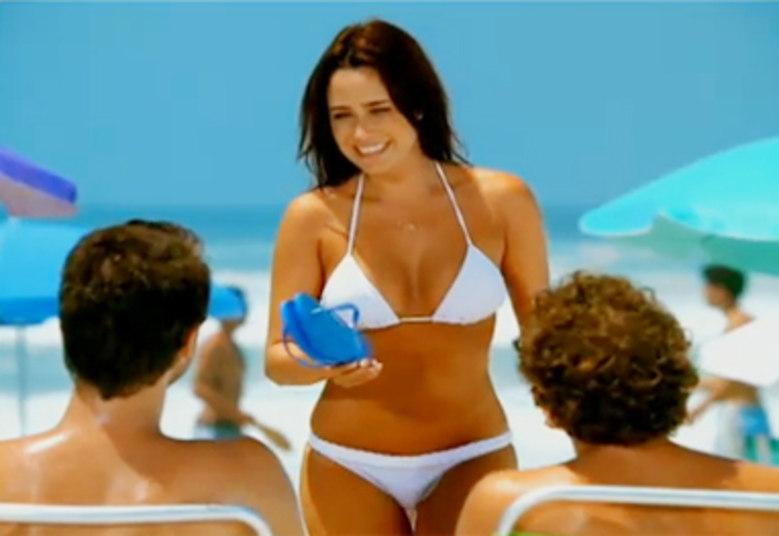 Em uma campanha publicitária, a atriz Fernanda Vasconcellos apareceu sem umbigo, o que rendeu bastante comentários
