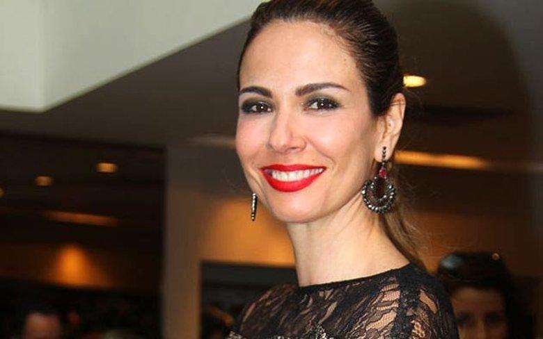 Nos eventos, a apresentadora não dispensa batom vermelho nem o olho marcado na maquiagem