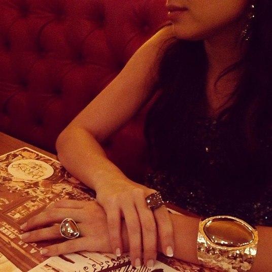Depois da premiação, Lua Blanco saiu para jantar com o namorado e exibiu detalhes de seus acessórios