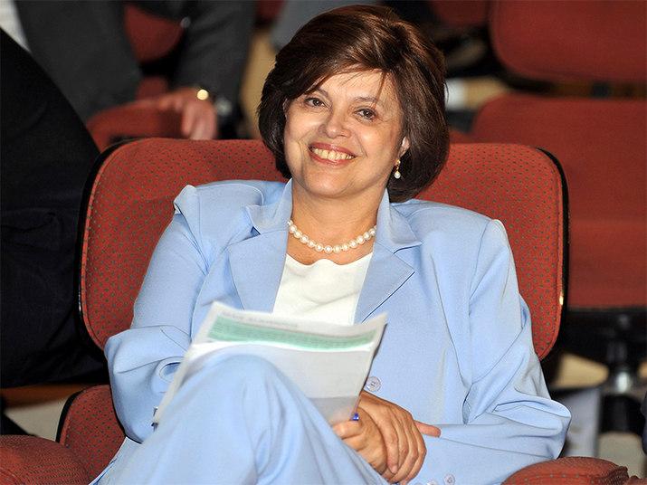 Ministra da Casa CivilO escândalo do Mensalão, em 2005, derruba José Dirceu, então ministro-chefe da  Casa Civil. Dilma assume o cargo. Após a reeleição de Lula, a ministra comanda a  elaboração e execução do PAC (Programa de Aceleração do Crescimento), principal  bandeira de investimentos da gestão petista