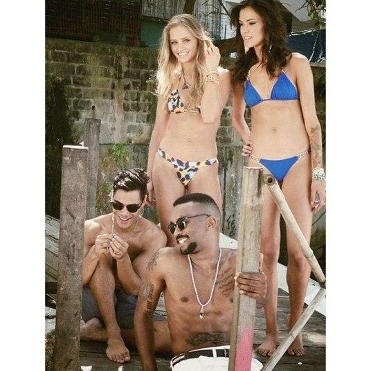 Descontraído, Micael Borges brilhou na sessão de fotos, assim como os modelos da marca. Nos comentários, as fãs do cantor se derreteram em elogios para ele e para os biquínis