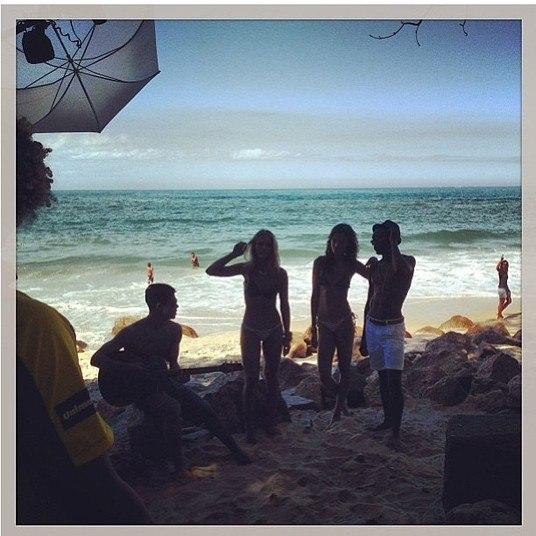 Apaixonada, Heloisy Oliveira fez um clique de bastidores do namorado com o violão, deixando as fãs babando com o corpão de Mica