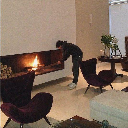 Alexandre Pato é outro que usufrui de um bom lar. Vivendo em São Paulo, o atacante do São Paulo desfruta de uma luxuosa lareira durante o inverno na cidade paulistana. Quem sabe assim ele não 'esquenta' de vez e conquista seu espaço na equipe de Muricy