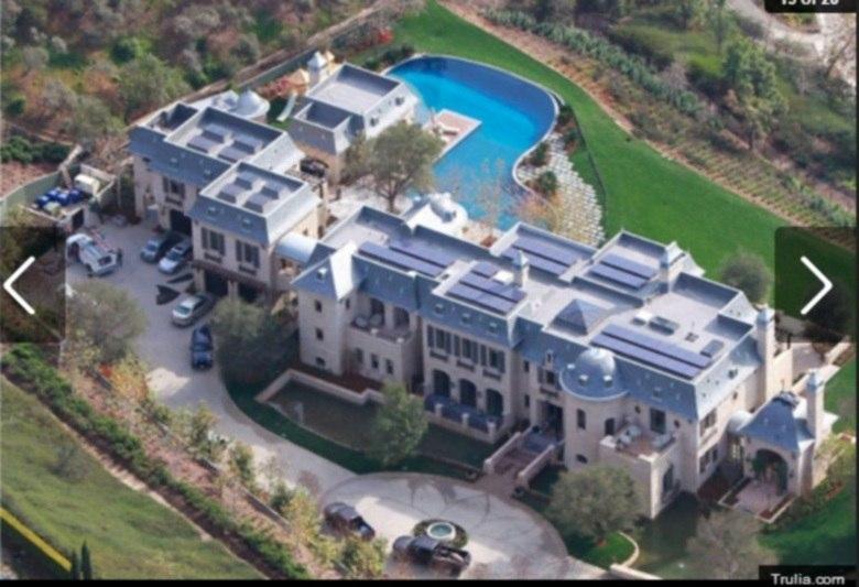Quem vive muito bem também, e não deve ter o que reclamar, é o casal Tom Brady e Gisele Bündchen. Eles vivem em um verdadeiro palácio, que fica em Los Angeles. A mansão tem o valor de aproximadamente R$48 milhões