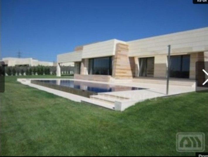 Cristiano Ronaldo, estrela do Real Madrid, saiu da casa onde morava de aluguel e resolveu pagar uma 'graninha' por esta casa, avaliada em R$16 milhões. Dê uma olhada na piscina do local