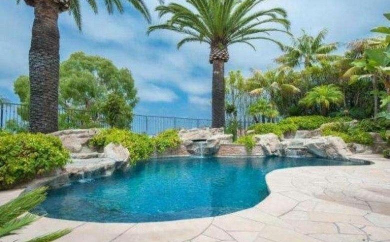 Recentemente, Kobe Bryant, mais um astro da NBA, colocou sua propriedade, em Los Angeles, à venda. O argumento foi de que ele já possui muitas propriedades. Esta é a imagem da piscina da residência. Até que vale desembolsar uma boa quantia, não?