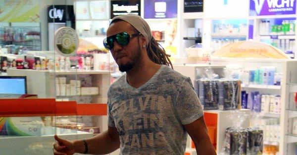 Belo faz a alegria dos fãs em farmácia - Fotos - R7 Famosos e TV