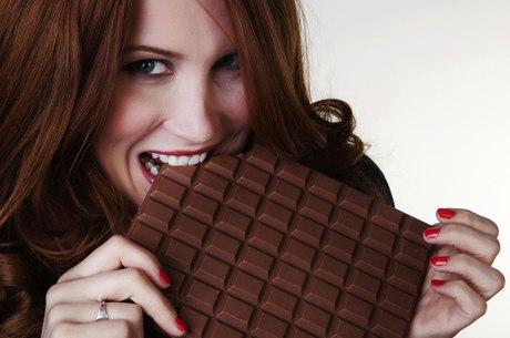 mulher comendo chocolate diabetes