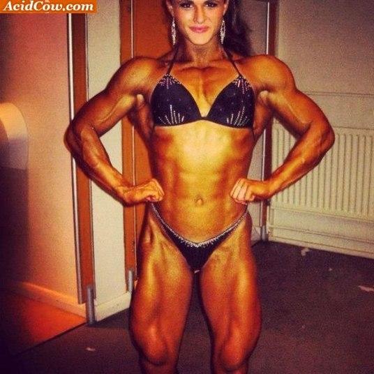 Aos 19 anos, Georgina já tem uma carreira como fisiculturista, um corpo extremamente definido e muitos fãs na internet