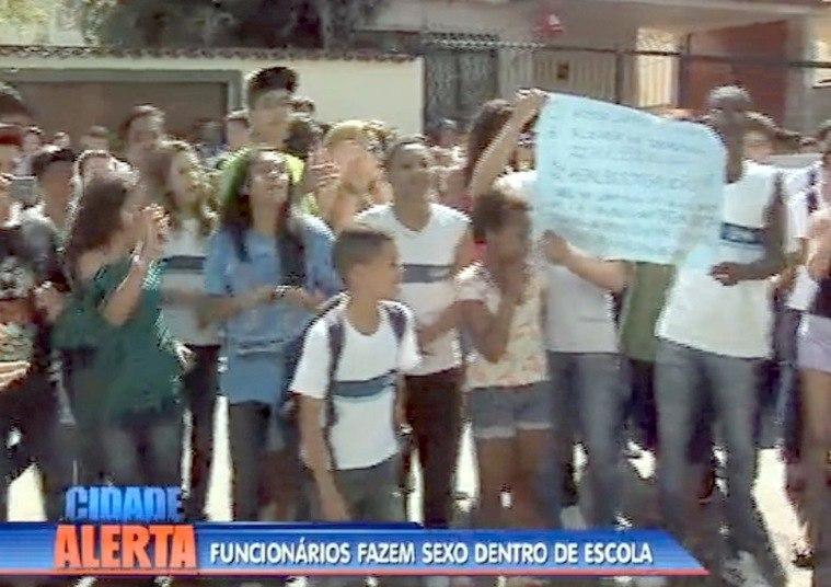 A atitude dos funcionários irritou alunos da escola, que fizeram um protesto na frente da unidade