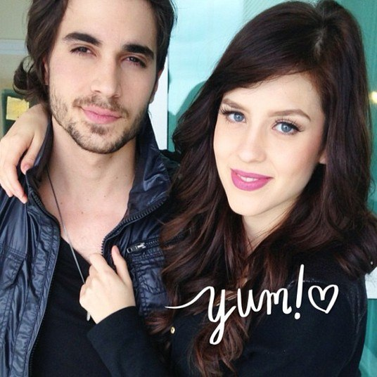 Depois de darem várias pistas do romance em suas redes sociais, Sophia Abrahão assumiu o namoro em sua página no Facebook e os fãs já se apaixonaram por Sophiuk