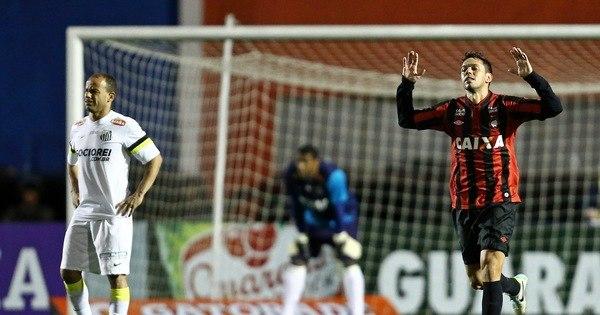 Atlético-PR bate Santos e chega à vice-liderança - Esportes - R7 ...