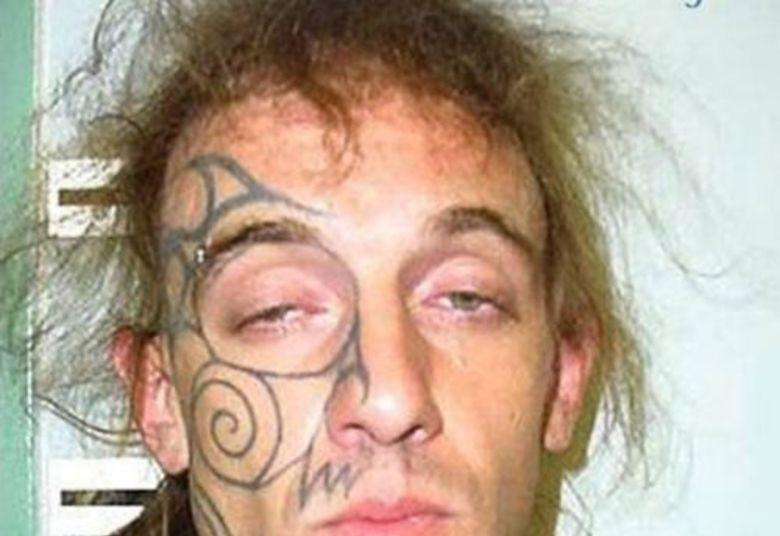 Tem gente que diz que tatuagem é apenas um desenho... Outros juram que é um estilo de vida. Alguns dizem que tem que ter um significado. Alguns não tem nenhuma ideia do que estão fazendo.Ele deveria estar nesse estado quando fez a tatuagem...