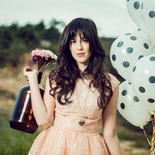 Além disso, Sophia lançou sua primeira música solo no itunes. Chamado É Você, a música deve também ganhar um clipe em breve