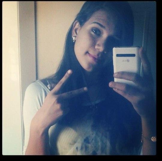 A adolescente  Luana Vieira Gregório, de 15 anos, foi morta a facadas em frente à escola estadual José Ferreira Barbosa na Vila Bourdon, em Campo Grande (MS), na última quarta-feira (11). Segundo a polícia, o motivo do crime seria que Luana passou perfume dentro da sala de aula, o que irritou outra estudante, de 16 anos. Uma amiga dessa aluna, que não frequenta a escola, esperava Luana na saída da aula e a agrediu