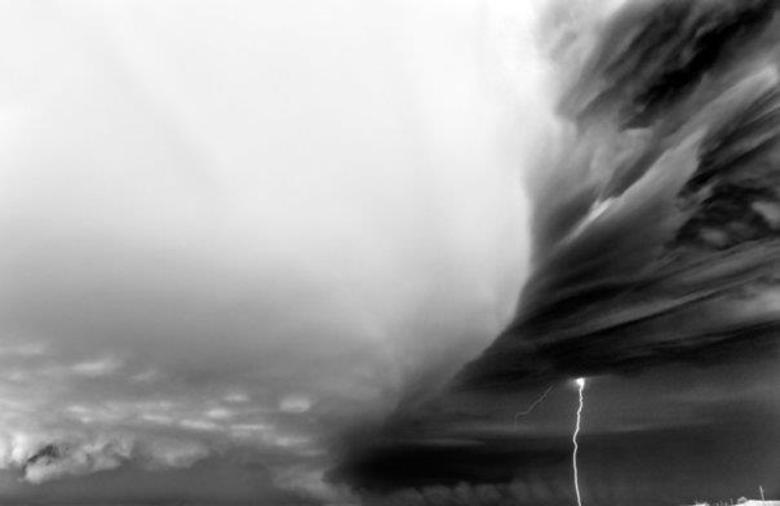 O fotógrafo possui um guia 'especializado' para caçar esses fenômenos naturais, ele percorreu diversas regiões norte-americanas
