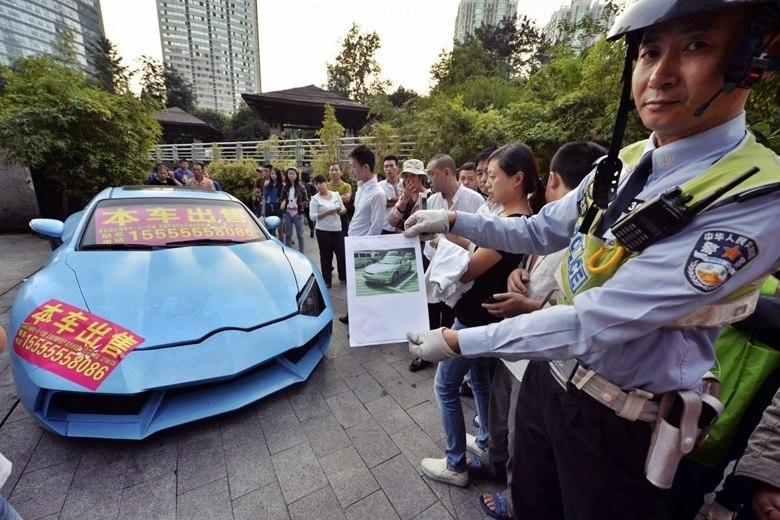 """Os chineses são famosos por recriar com perfeição vários tipos de produtos. Ou quase. Na última quinta-feira (12), a polícia da China apreendeu um carro disfarçado de Lamborghini Aventador, superesportivo de R$ 3 milhões no Brasil, sendo vendido por """"apenas"""" R$ 36 mil.Contudo, a """"pechincha"""" escondia outro caro não tão cobiçado assim: um Hyundai Coupe de 2002. Veja a seguir imagens da cópia e compare com o modelo originalSaiba tudo sobre carros! Acesse www.r7.com/carros"""