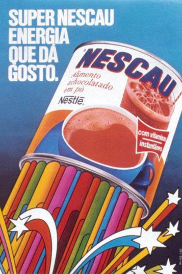 Nos anos 80, o Nescau tinha uma identidade visual bem diferente da que tem hoje. Inclusive, com um arco íris nele, indicando o tanto de vitaminas e minarais que tinham nele. Lembra?