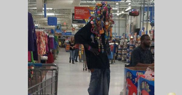 Supermercado faz liquidação de gente estranha. O preço tá pela ...