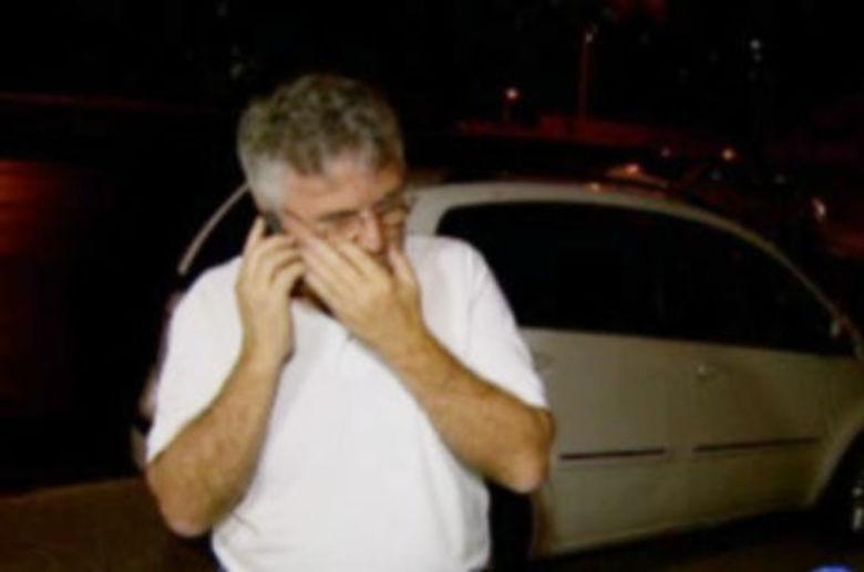 O roubo de um táxi terminou com três homens detidos e dois policiais  feridos no bairro Ipiranga, na região nordeste de Belo Horizonte. O trio  e mais um comparsa abordaram o taxista no momento em que ele chegava em  casa. Em poucos minutos, o quarteto mostrou um revólver para a vítima,  anunciou o assalto e fugiu levando o carro, celular e carteira do  motorista. Porém, o roubo foi rapidamente comunicado à polícia, que  localizou o táxi e os suspeitos na movimentada avenida Cristiano  Machado. Ao notar a presença da polícia, os assaltantes fugiram em alta  velocidade e atiraram contra os militares, que revidaram. Com a troca de  tiros e perseguição um policial se feriu e outro quebrou o braço
