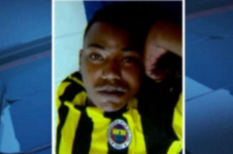 Um foragido de Justiça foi recapturado após atirar contra policiais  durante patrulhamento de rotina no Vila Beija-Flor, em Contagem, na  região metropolitana de Belo Horizonte. Fernando Alves Júnior, de 22  anos, foi abordado na porta de um bar, mas sacou uma pistola 9 mm e  atirou contra os militares, que revidaram. Com a troca de tiros, o  foragido foi atingido no pé e um dos policiais ferido pelos estilhaços.  Mas, mesmo ferido, o criminoso ainda invadiu uma casa da vila e se  escondeu embaixo de uma cama, onde foi preso