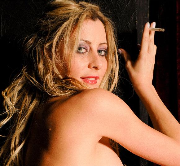 De acordo com o fotógrafo que fez o ensaio, a ficha técnica da modelo é a seguinte:Nome:Luciane HoppersNasceu para o mundo no dia:21/02/1982Onde:Joinville/SCSigno:PeixesTime do coração: CorinthiansBebida gostosa:Vinho Branco Seco Uva ChadorneySobremesa:Sorvete com banana flambada