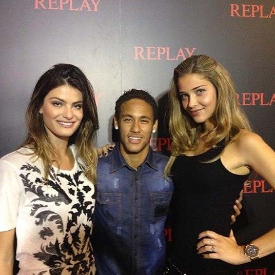 Neymar continua aumentando o número de fãs gatas. Nesta quinta-feira (26), as tops Isabelli Fontana (à esquerda) e Ana Beatriz Barros fizeram questão de tirar fotos ao lado do craque do Barcelona, em evento da marca Replay na Espanha
